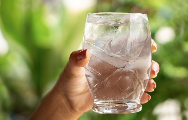 نوشیدن آب فراوان - درمان خانگی یبوست